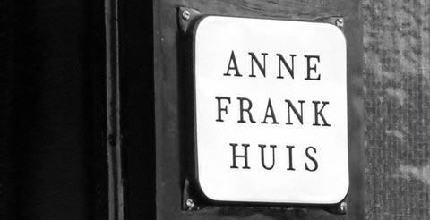 Placa en la puerta de la casa de Ana